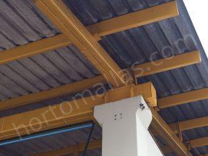 malla anti pájaros GUACAMALLAS puesta sobre una viga, abajo de un techo