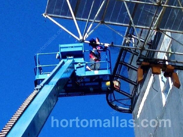 Instalación de protección Control de palomas GUACAMALLAS® en grandes alturas con ayuda de grúa equipo de escalada y personal profesional en Hospital de Ciudad de México