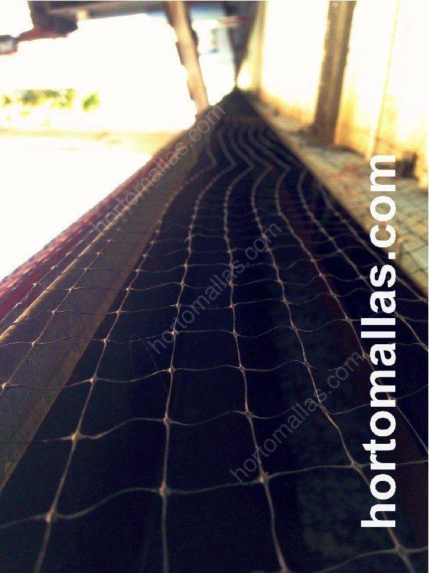 Malla anti-pájaros GUACAMALLAS® instalada para proteger de aves problemáticas estructuras metálicas de fabrica