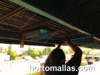 Malla anti-pájaros GUACAMALLAS® instalada para proteger de aves problemáticas las estructuras altas de una fabrica