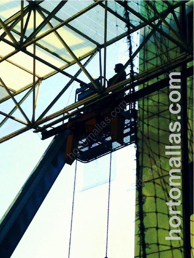 Proteções e controle de pombos GUACAMALLAS®, detalhe da instalação em grandes alturas com a ajuda de uma grua. Os pombos não poderão aceder aos locais tradicionalmente escolhidos para seus ninhos.