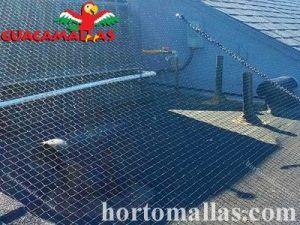 A malha/rede anti-pássaros GUACAMALLAS® serve para repelir pássaros indesejados de telhados e terraços.