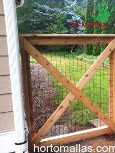 puerta de acceso de una granja con malla gallinera