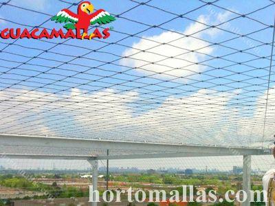 Malha/Rede anti-pássaros instalada no exterior para impedir a passagem de aves indesejadas.