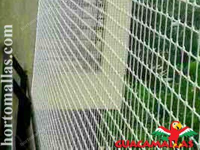 Rede anti-pássaros instalada em casa.