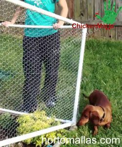 jaula con malla hexagonal para proteger jardín