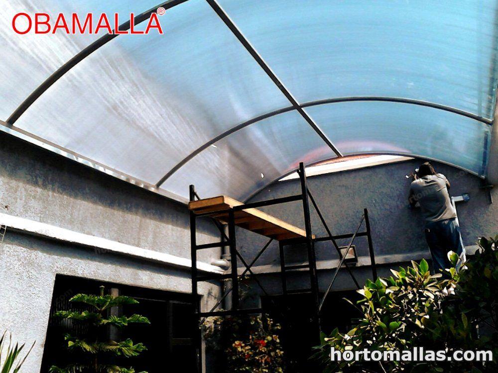 La malla para domos OBAMALLA® se puede montar directamente apoyándose a las paredes existentes de un patio mediante ganchos e hilos tensores o construyendo estructuras con palos de madera, plástico o de metal.