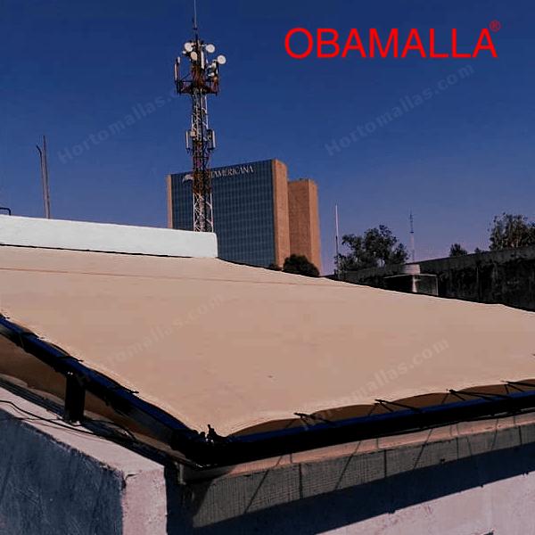 La rete ombreggiante per cupole può essere montata direttamente sulle pareti esistenti di un patio utilizzando ganci e fili di tensionamento