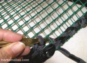 tejiendo sobre malla plástica