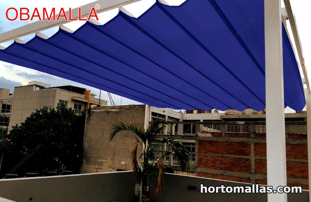 malla de sombreamiento de color azul instalada sobre terraza