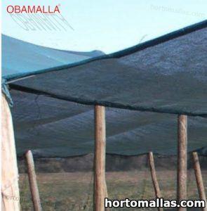 malla de sombreo negra colocada en campos de cultivos