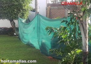 malla sombra instalada en jardín para protección y privacidad