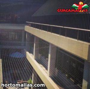 malla para control de pájaros usada sobre edificios