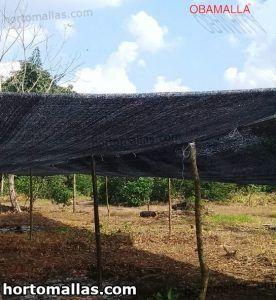 malla de sombreado instalada sobre campo