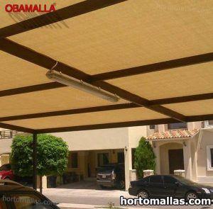 malla sombra beige instalada sobre estacionamiento