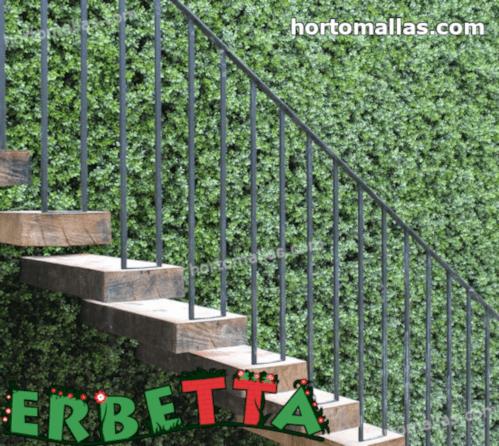 muro de hogar decorado con plantas artificiales.