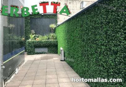 jardin artificial instalado en patio de hogar.