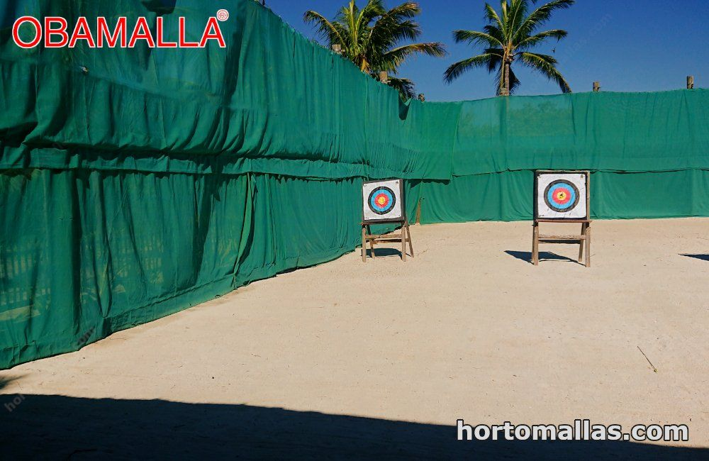 Malla de color verde OBAMALLA® instalada en campo de tiro