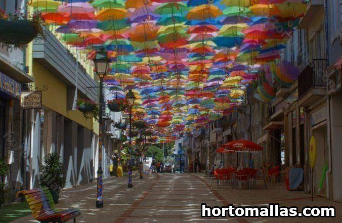 Paraguas de colores decorando una calle