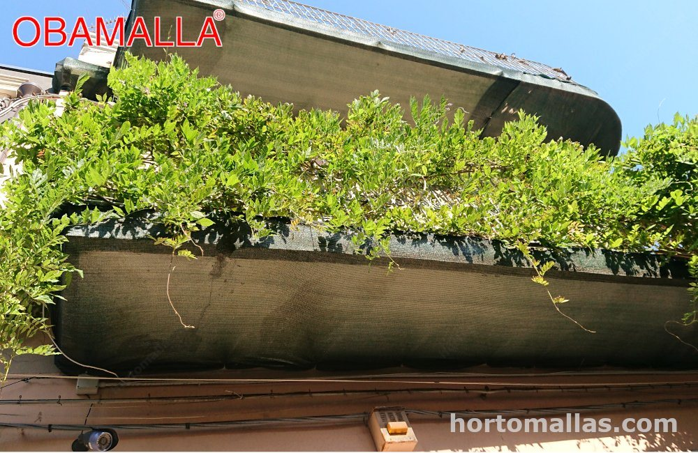 Casa con malla sombra en balcones