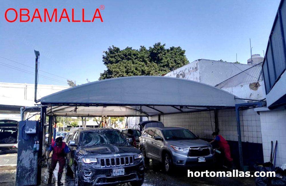 centro de lavado de coches con una malla para autolavado instalada