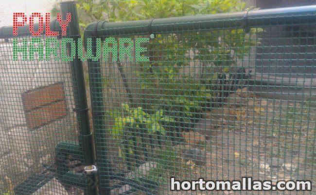 malla de protección de jardineras y plantas  Hardware instalada en la puerta de un jardín