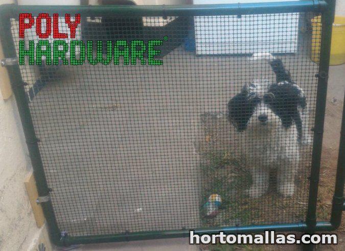 Puerta de mascotas con malla hardware instalada