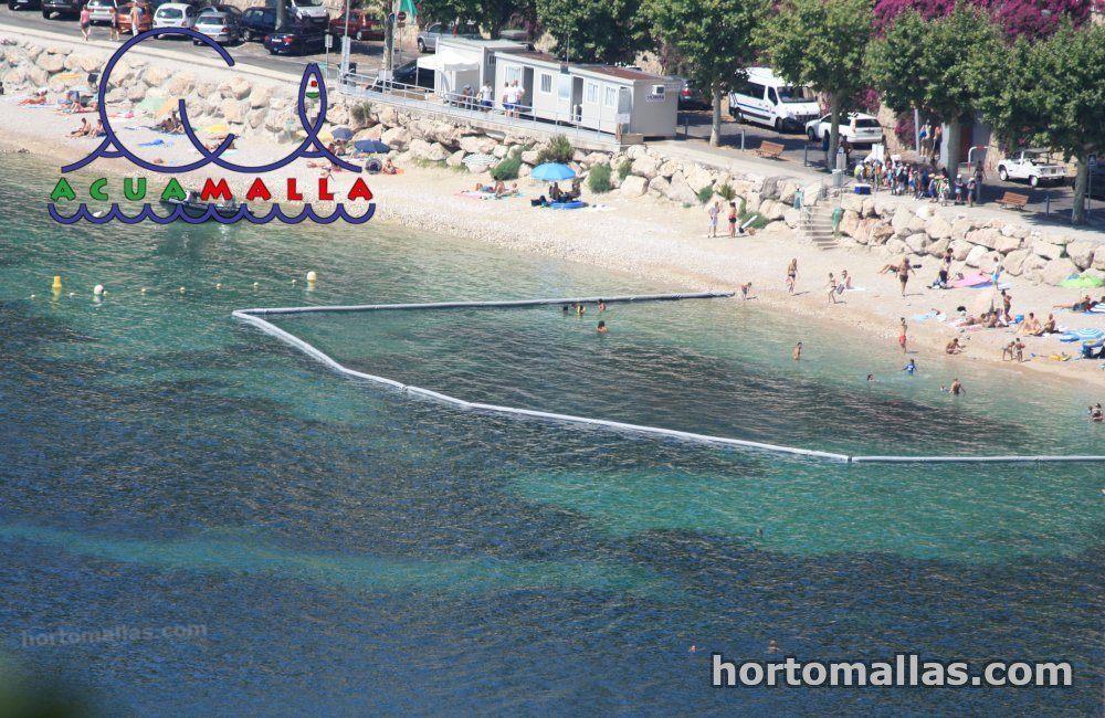 red anti-medusas alrededor de una zona turística