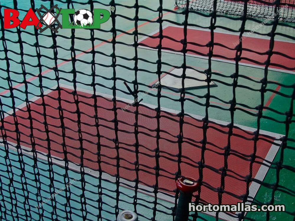 Campo de béisbol con la protección de mallas perimetrales