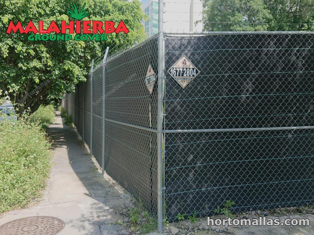 Idea fácil, práctica y económica para crear privacidad y proteger del viento en el jardín y terrazas: la malla GROUNDCOVER para privacidad instalada sobre una malla ciclónica