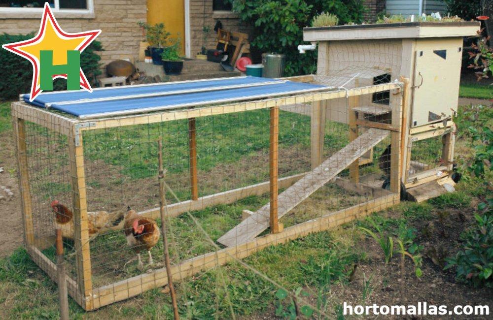 En la imagen se observa un gallinero formado con madera y malla gallinera.